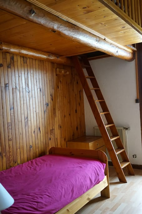 Chambre avec accès à la mezzanine. Lit double au sommet.Bedroom, 1 twin bed+queen bed on the loft.