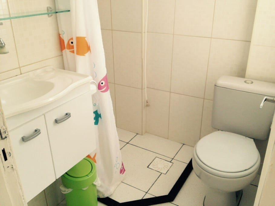 Banheiro com chuveiro elétrico
