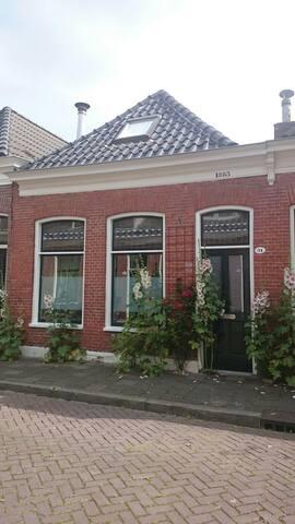Bed & Bath in quiet clean 'schippershuis' - Groningen - Haus
