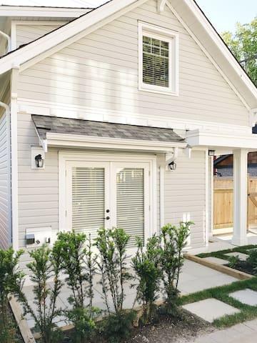 Luxury craftsman laneway house (newly built)