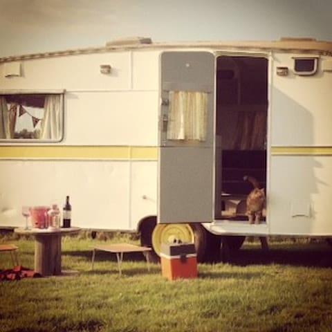 Vintage Caravan (1958) - Florence - Groeslon - Outros