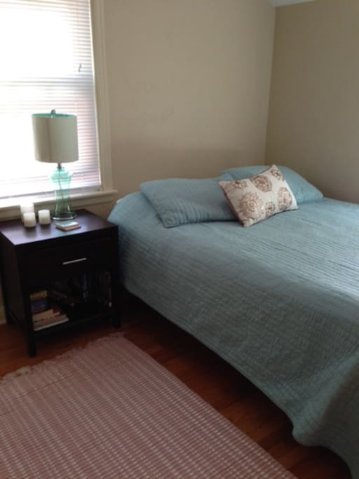 Room in quaint old 3 bed house houses for rent in green for Bedroom furniture green bay wi