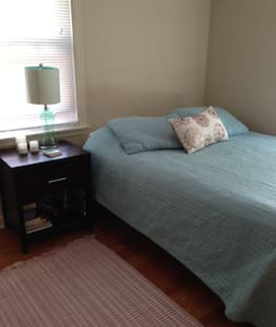 Room in quaint old 3 bed house  - Green Bay
