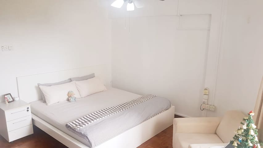 Spacious Master-suite+PrivateBath in WEST region