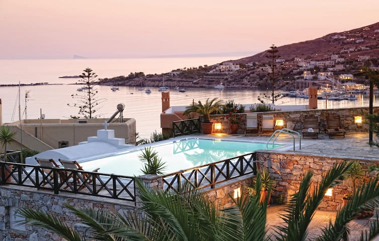 Holiday cottage with 4 bedrooms on 142 m² in Finikas Syros Island