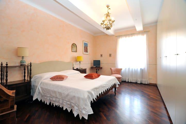 Ampia e confortevole   camera da letto matrimoniale.
