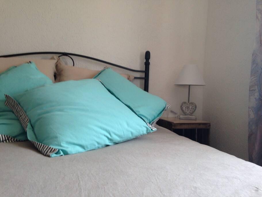 Vrai lit confortable avec un matelas mi-dur et confortable.