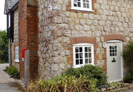 Rural Ragstone Cottage close to Ashford