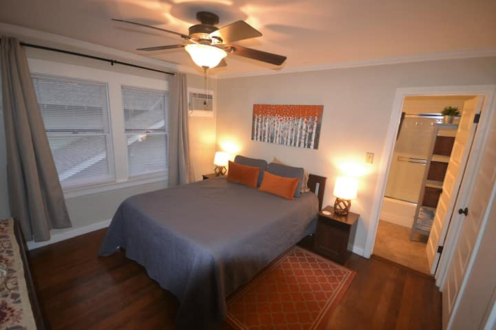 Cozy Apt Near Dtn/Tower Quiet WiFi Travelers