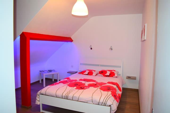 Chambre double sous toit avec sdb maisons louer for Location garage coudekerque branche