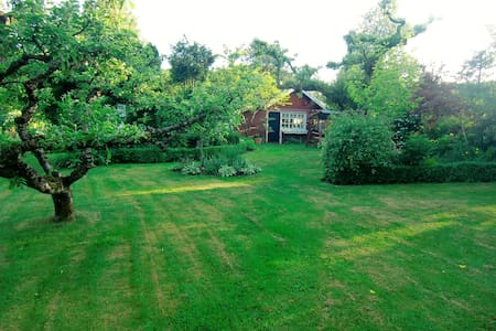 Guesthouse in rich flowering garden, 150 m to bath - Uddevalla V - Chatka