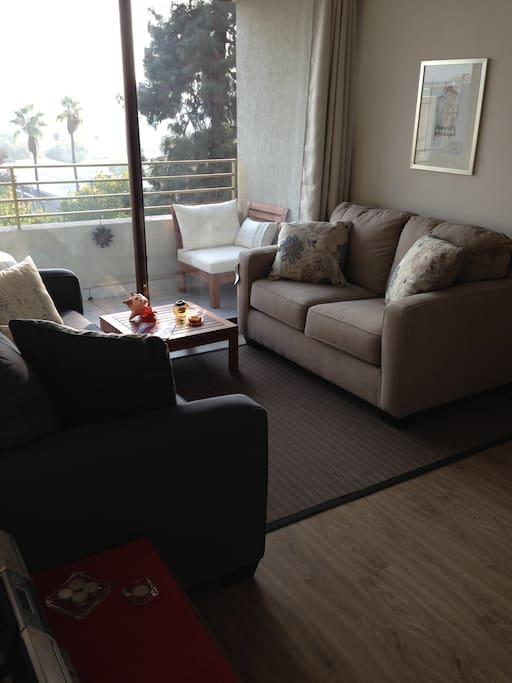 Lindo living con comedor para 4 personas. Vista despejada. Terraza con sillones y mesita para disfrutar la tarde.