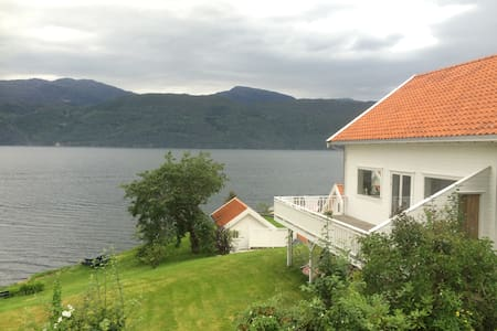 Traditional norwegian house by the seafront - Suldal - Hus