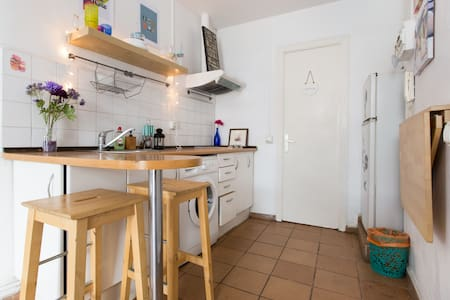 located in born/gothic area right next to Jaume 1 metro and cathedral. Fully equipped studio apartment for two people. High ceilings with lots of light. Beach is 20 minute walk away. Perfect location for those wanting to enjoy Barcelona nightlife.