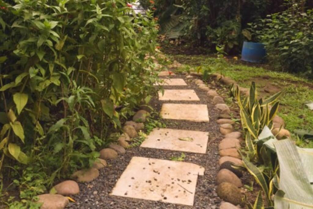 The walkway to your private casita. / La entrada a su casita privada.