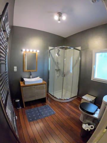 La salle de bain avec les toilettes