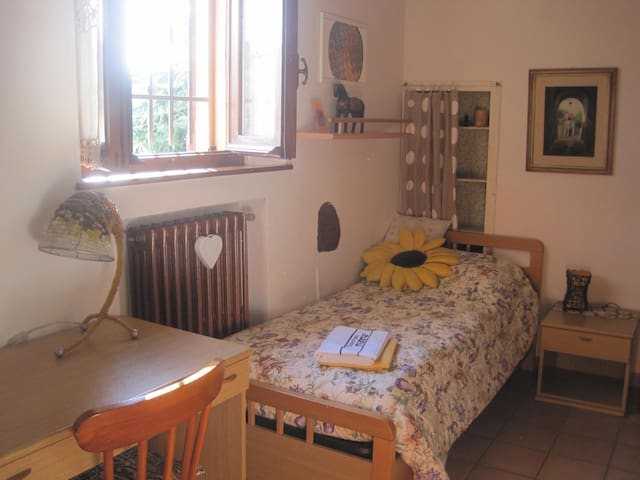 Private room in a villa  2 single beds + breakfast - Cesena - House