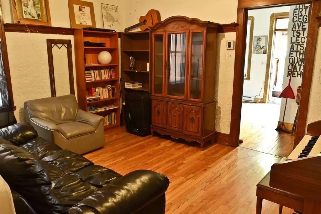 Couch divan canap louer appartements louer montr al for Canape lit montreal
