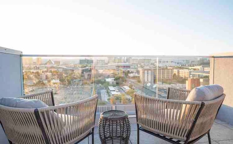STUNNING Luxury King Suite + HighRise + Strip View