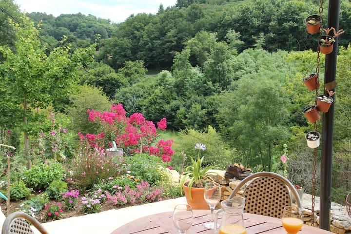 la terrasse avec la vue sur la campagne