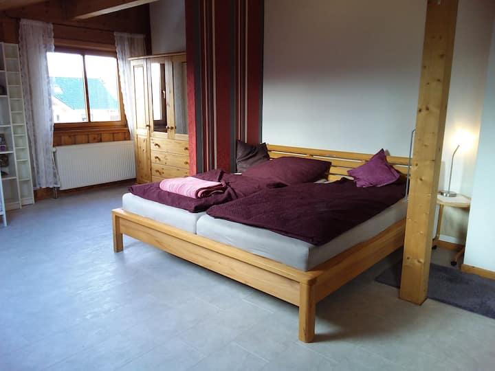 Großzügige und ruhige Ferienwohnung im Holzhaus