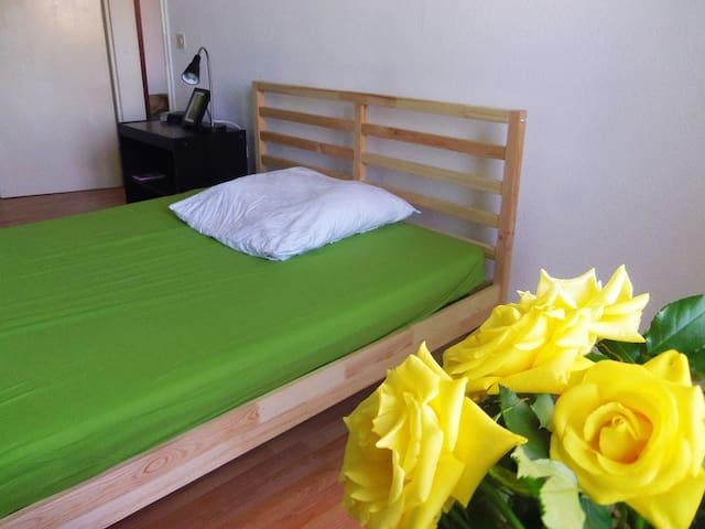 Room vibrant but cozy Schoeneberg
