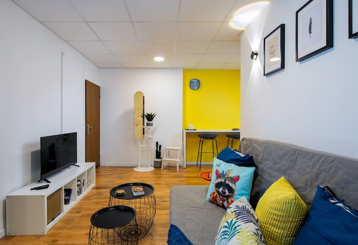 Colorful Spacious Apartment in the Heart of TLV