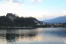 """""""A perfect location, close to the bus station and the shore of the lake"""" by guest Ab"""