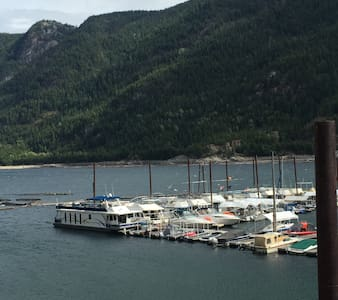 Waterfront 2 Bedroom Fully Equipped Private Suite - Castlegar