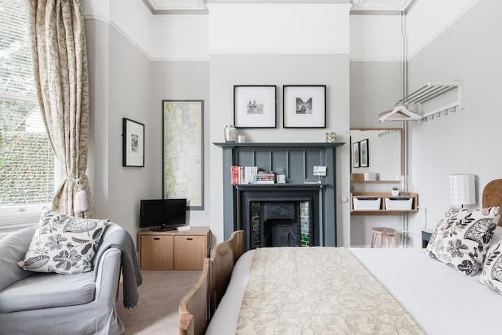 The Green Room - Bright, Elegant Studio in Heart of Malvern