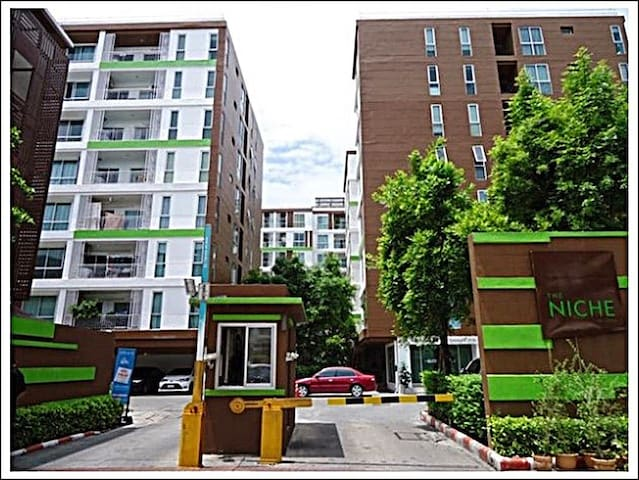 Modern Condominium 2BR, pool, gym - Bangkok
