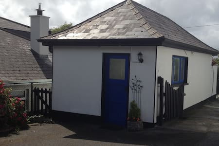Bright and spacious ensuite studio with shower and cooking facilities.Private patio with views of Lough Corrib and mountains, free secure parking and private entrance. Only 4 km to city centre and Galway Racecourse.Sleeps 2-3