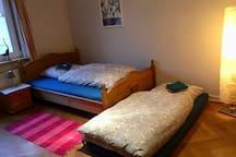 Bei Bedarf köönen wir eine zusätzliche Matratze bereit stellen. Mit Kindern oder Freunden kann man also auch kommen.