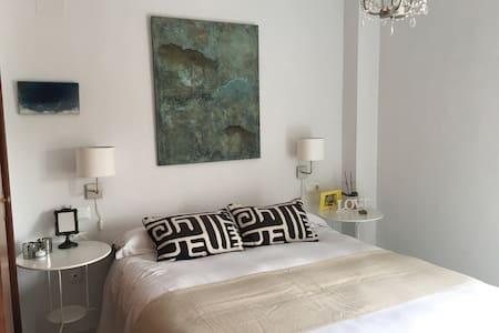 Luminosa habitación con baño propio - Gelves