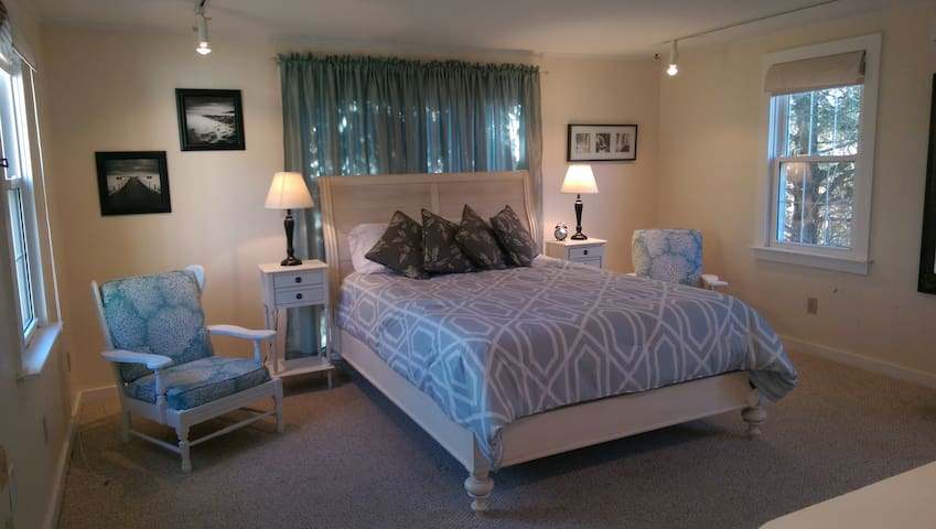 Bright suite with private entrance - Chatham - Huis