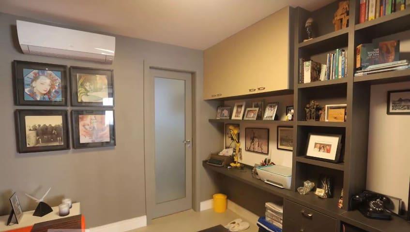 O NOSSO ESCRITÓRIO : É o nosso terceiro quarto que utilizamos como escritório, com sofá-cama, pode ser duplamente utilizado, também como um aconchegante dormitório.