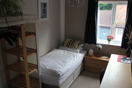 Quiet room close to centre - Milton Keynes