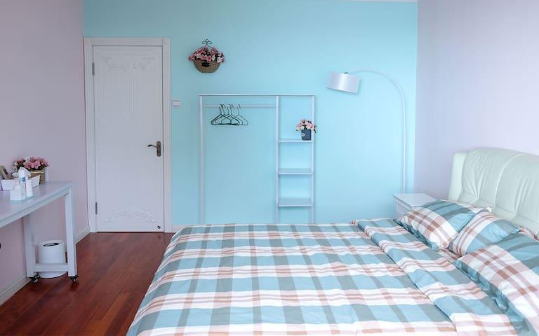 卧室1,2*1.8大床,带吊椅,窗外就是海。