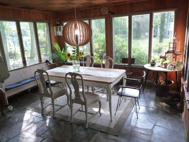 Beach Cottage w private share beach - East Marion - Hus