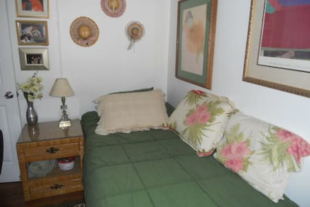 FEMALES;:   Nice single room inside - Lakewood - Talo