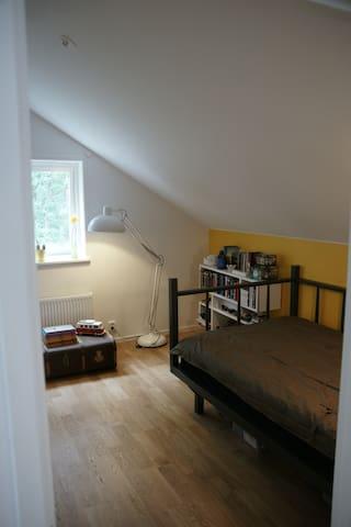 sovrum 1 uppe med 120 cm bred säng