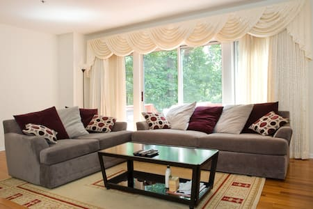 Clean private room walk to Train/DC - Silver Spring - Townhouse
