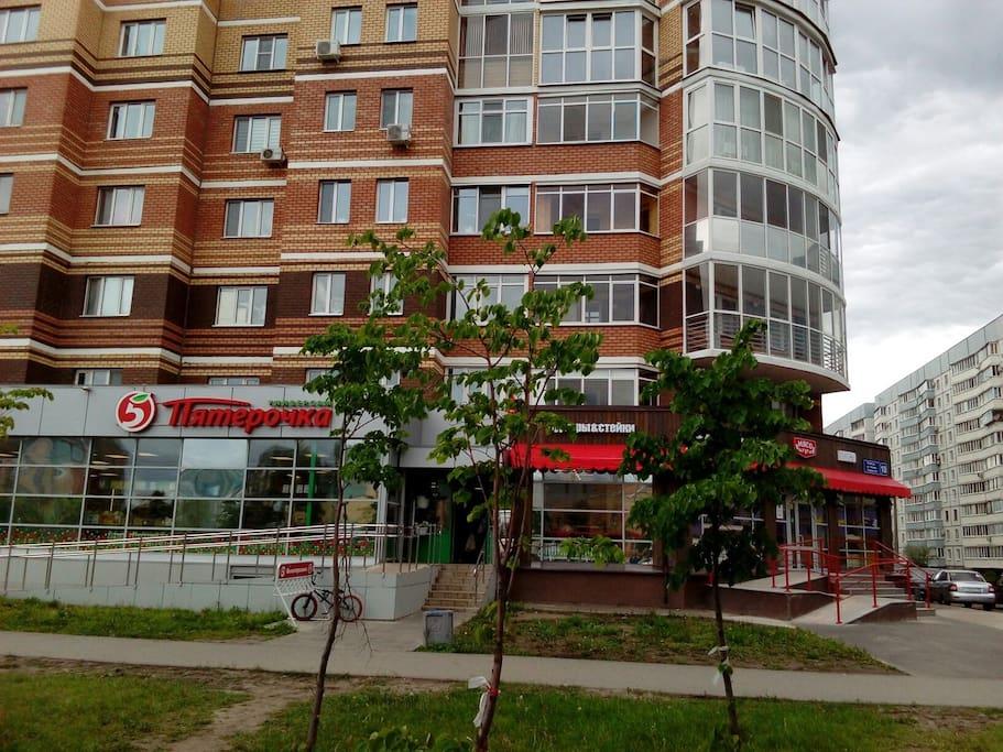Апартаменты расположены в самом сердце города, в оживленном районе с прекрасной транспортной и развлекательной инфраструктурой, имеется закрытый частный паркинг.