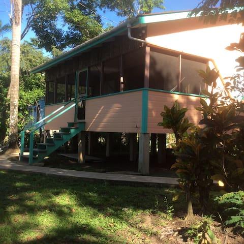 Cabana #5 Peaches - Ladyville - Bed & Breakfast