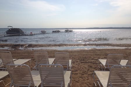 Traverse City Condo with great beach, sunsets - Williamsburg