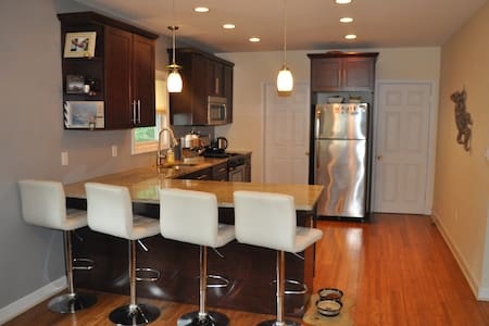 Modern Condo near Boston with Yard! - Watertown - Apartament