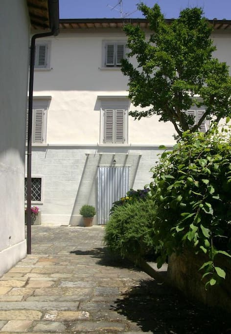 Facciata della casa con ingresso principale