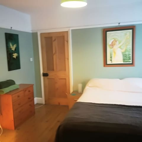 Large double / twin room walking distance to Poole