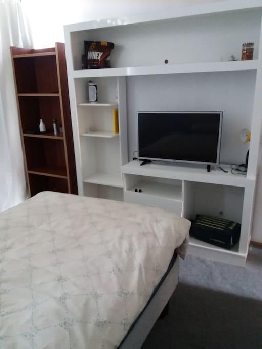 Dormitorio para una sola persona. TV con Netflix.