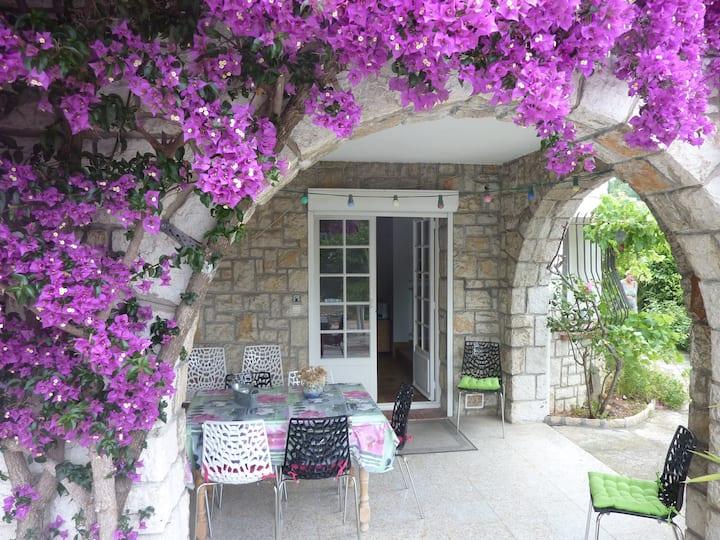 Chambre privée et jardin à 2 pas de la mer.